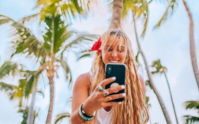 kellyyhill-instagram-guide-tropical-social-media-girl-with-phone