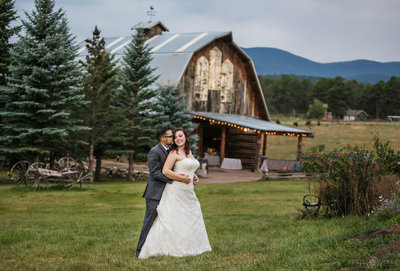 Beautiful-Mountain-Wedding-Portrait-with-Rustic-Old-Barn-in-Evergreen