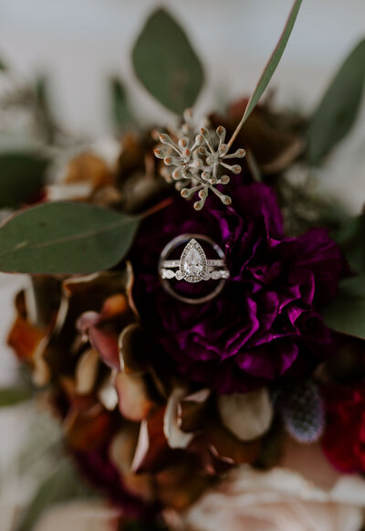 Bouquet with rich tones and ring sets