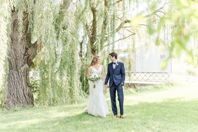bride-and-groom-under-willow-trees