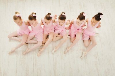 xphotodune-21236208-little-girls-dancing-ballet-in-studio-xxl
