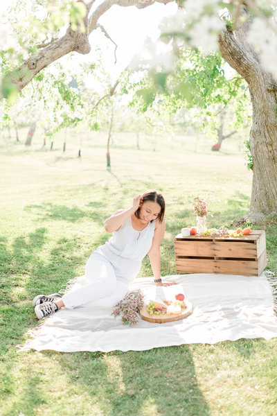 A-Proposal-in-a-Blossoming-Orchard-Behind-The-Scenes-Lisa-Renault-Photographie-3