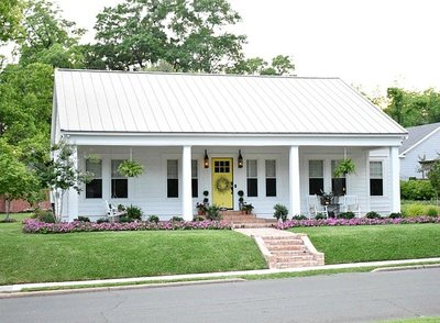 Saras-Simply-Southern-Cottage-White-House-with-Yellow-Door