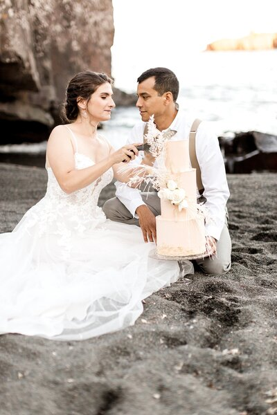 black-sand-beach-hawaii-alexandra-robyn-destination-elegant-elopement-photo-inspiration_0032