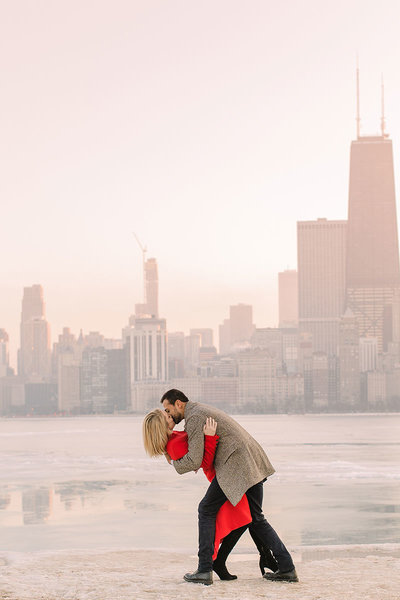 Couple kissing in front of the Chicago skyline
