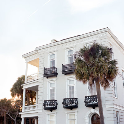 A Charleston wall art print of a white home on the Charleston battery