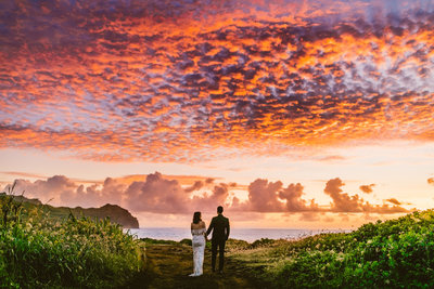 bride-and-groom-eloping-sunrise-kauai-cliffs-hawaii