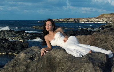 maui-photography-bride-on-rocks