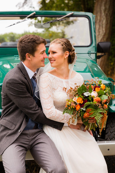 This couple drove to their wedding in a Land Cruiser.