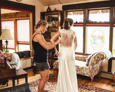 bride getting ready at Oregon home