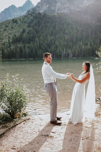 bride and groom by lake in Chattanooga Tennessee