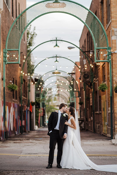 bride & groom kissing in downtown Pontiac