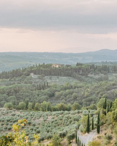 Rolling hills of Tuscany captured by destination film photographer Elias Kordelakos