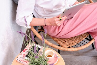 mist-design-co-branding-web-design-barcelona-balafria-cafe-remote-work-pink-cup-ipad-white-shirt-rattan-chair