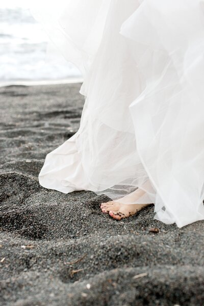 black-sand-beach-hawaii-alexandra-robyn-destination-elegant-elopement-photo-inspiration_0003