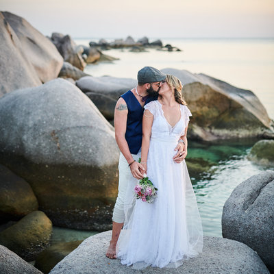 Bride and groom kissing at Sai Naun