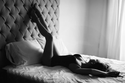 boudoir poses on bed