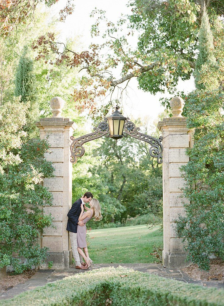 tulsa-wedding-photographer-engagement-session-at-the-philbrook-museum-laura-eddy-photography_0017