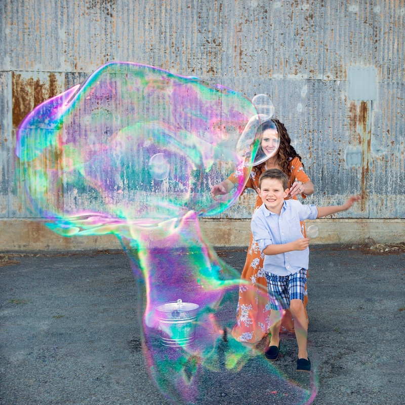 giant-bubble-fun-natural-family-photos-5F0A2519