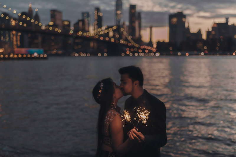 sparkler-dumbo-night-photo-best-nyc-new-york-brooklyn-wedding-engagement-photographer-suess-moments-photography (1 of 18)