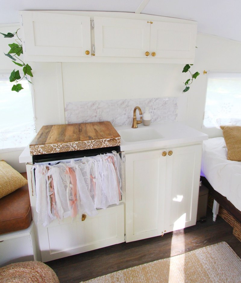 vintage-camper-classic-white-gold-reno-inspirations-ideas-boho-gypsy-hippy-pearl-musician-singer-songwriter-interior20