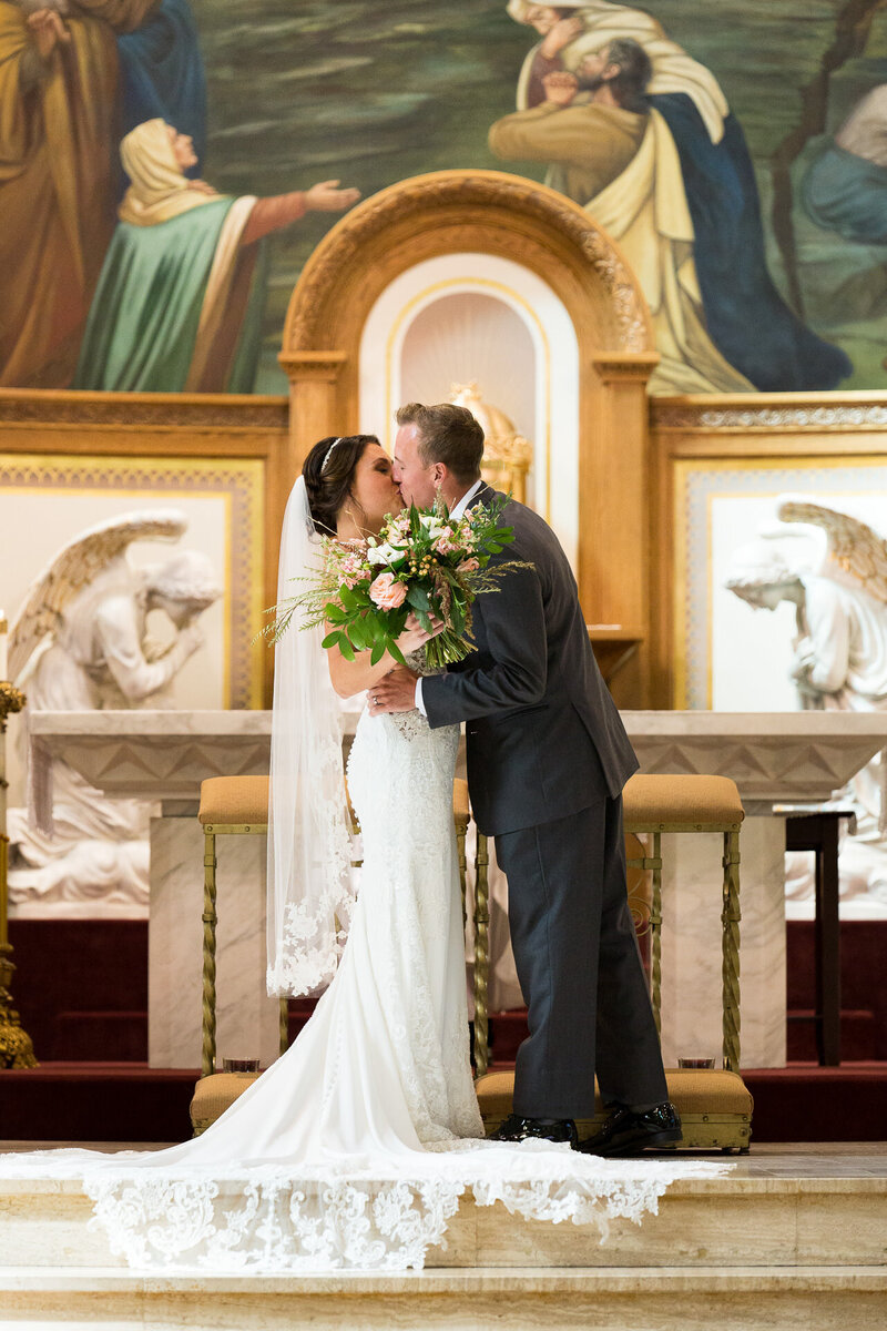 first kiss on altar downtown detroit catholic wedding