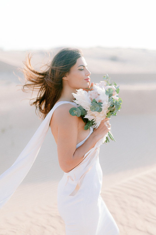 Wedding_photoshoot_in_the_desert_of_dubai_with breide_and_groom_editorial_bridal_shoot_gabriella_vanstern (14)