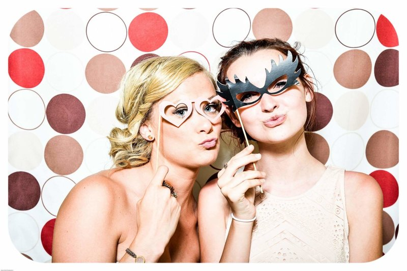 photo-booth-wedding-party-girls-160420-2