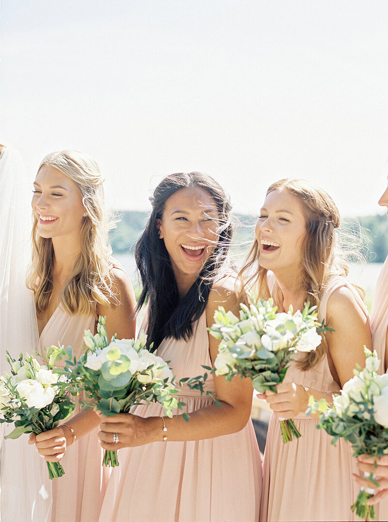 053-bridesmaids-laughing