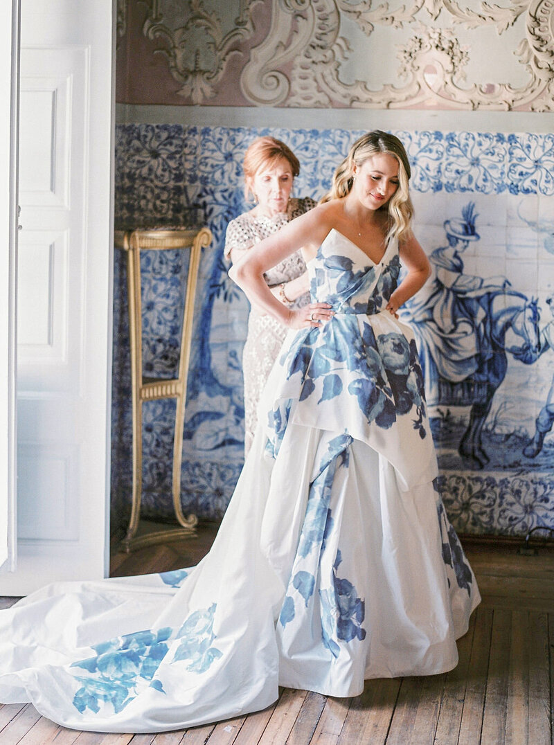Mother and Daughter's cute moment as she helps the bride getting dressed in her beautiful Monique Lhuillier dress for her Portuguese Wedding Destination at Palácio Marqueses da Fronteira