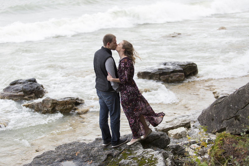 fall engagement session door county cliffs lake cute couple natural posing travel enagement photographer089