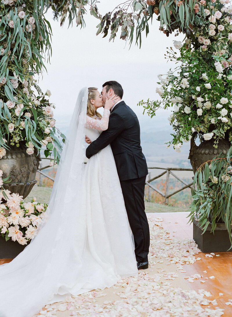 22-KTMerry-weddings-Kate-Upton-ceremony-kiss-Tuscany