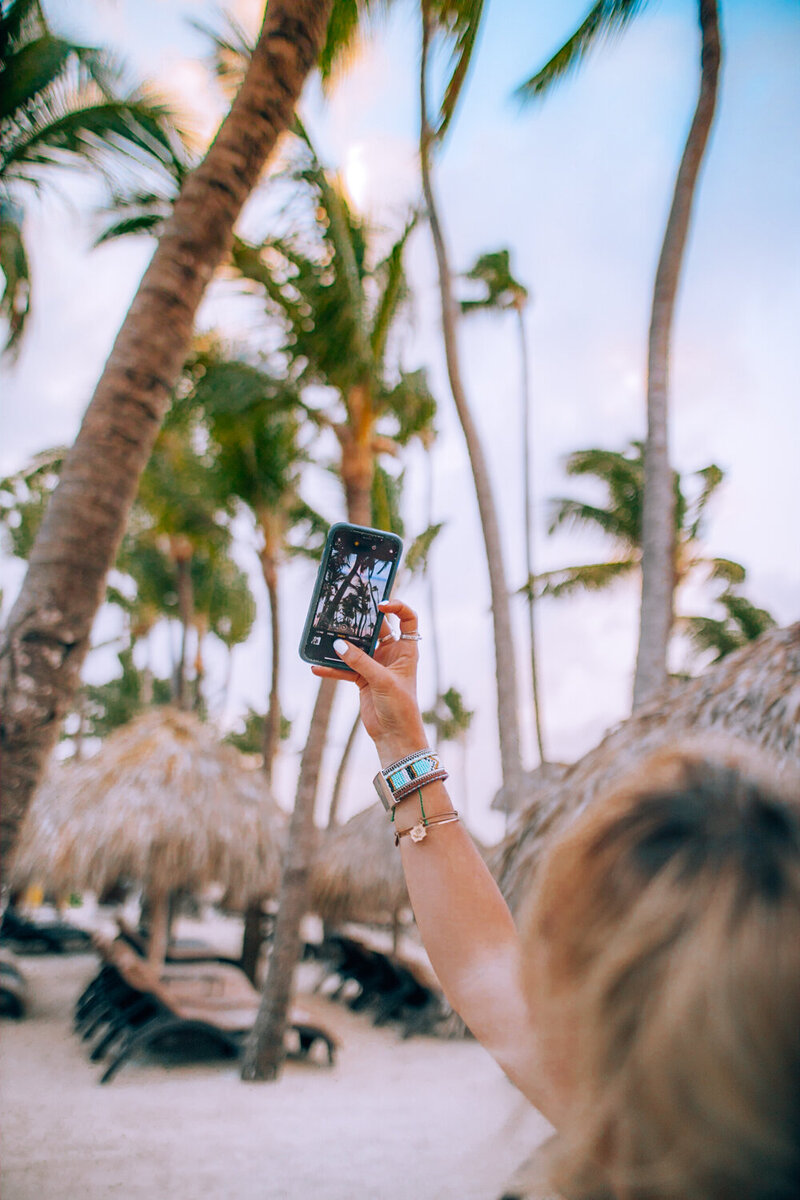 kellyyhill-instagram-guide-tropical-social-media-girl-taking-pic-with-phone