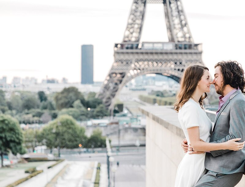 couple-photos-eiffel-tower