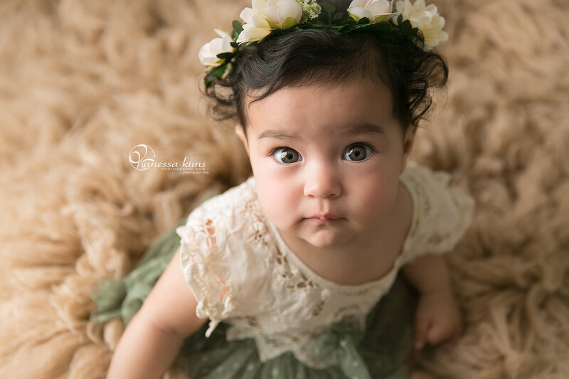 vanessakunsphotography_sitter_session_girl_green_closeup