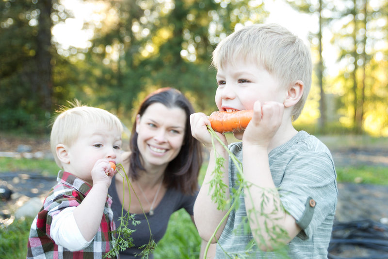 Kids in yard with carrots-3404