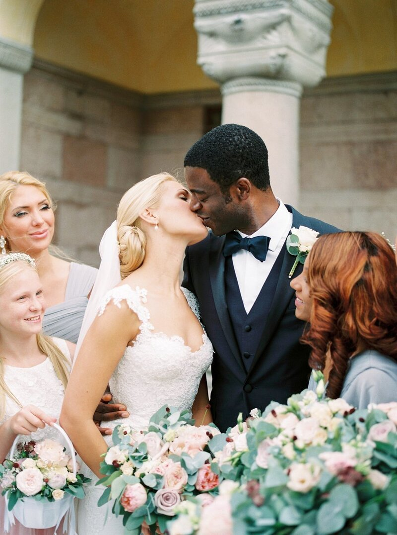 0026_Bride-and-groom-share-a-kiss-Waldemarsudde