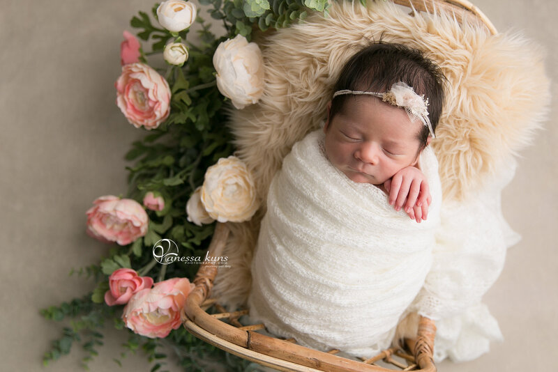 vanessakunsphotography_newborn_girl_flowers_1