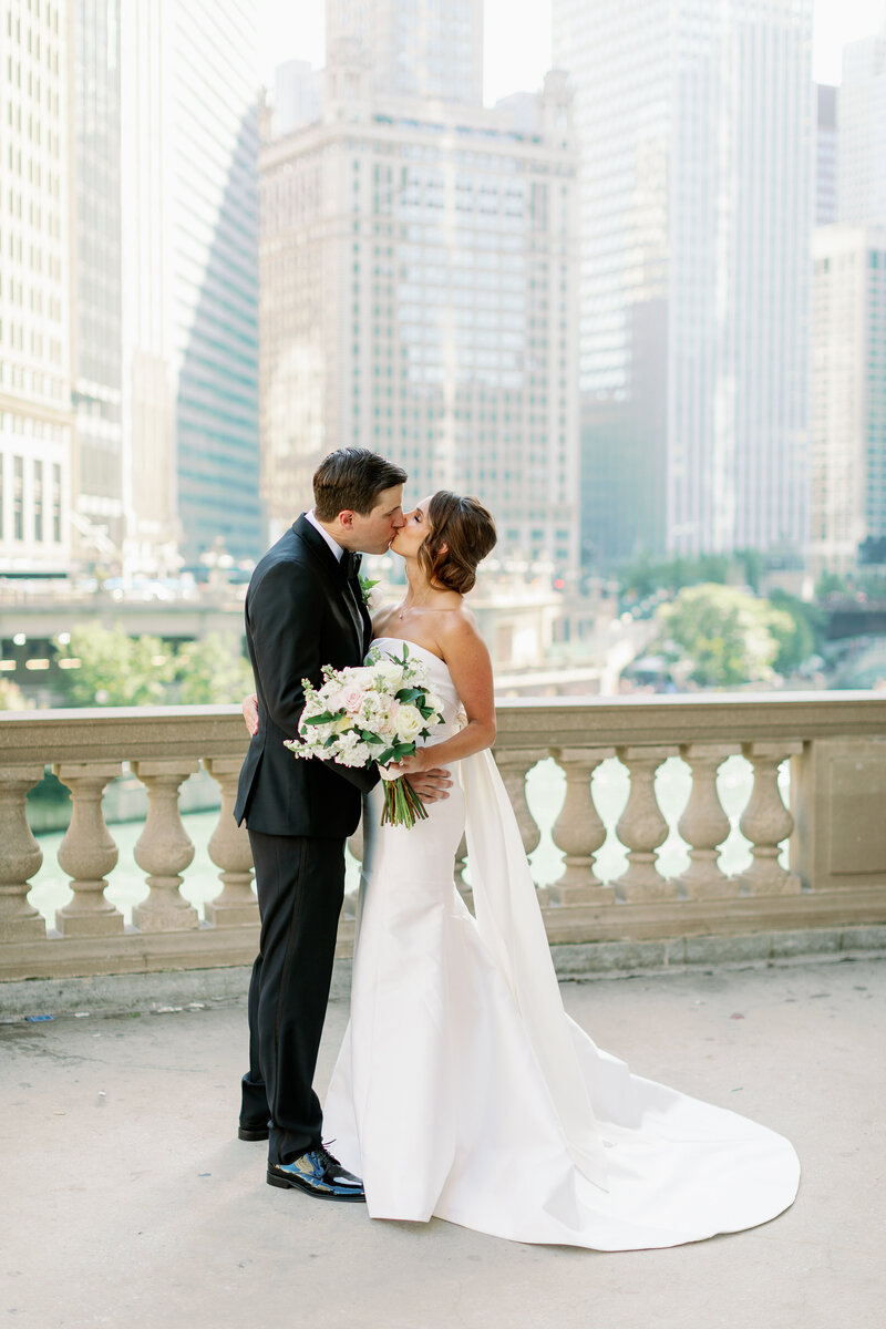 wedding couple in a romantic seen with the city