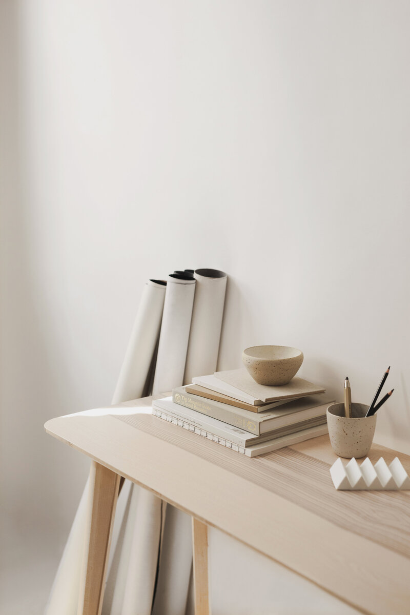 table with mugs and books