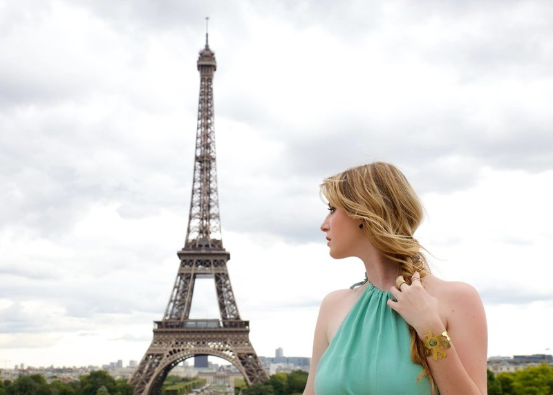 chelsea loren travel blogger girl in front of eiffel tower things to do in paris instagram