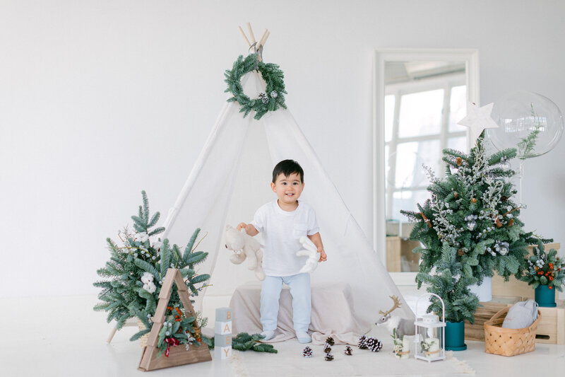 White Scandinavian Christmas Studio Family Photos in Hong Kong (HK)-160
