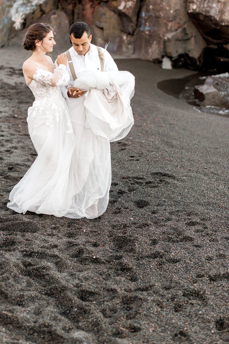black-sand-beach-hawaii-alexandra-robyn-destination-elegant-elopement-photo-inspiration_0023