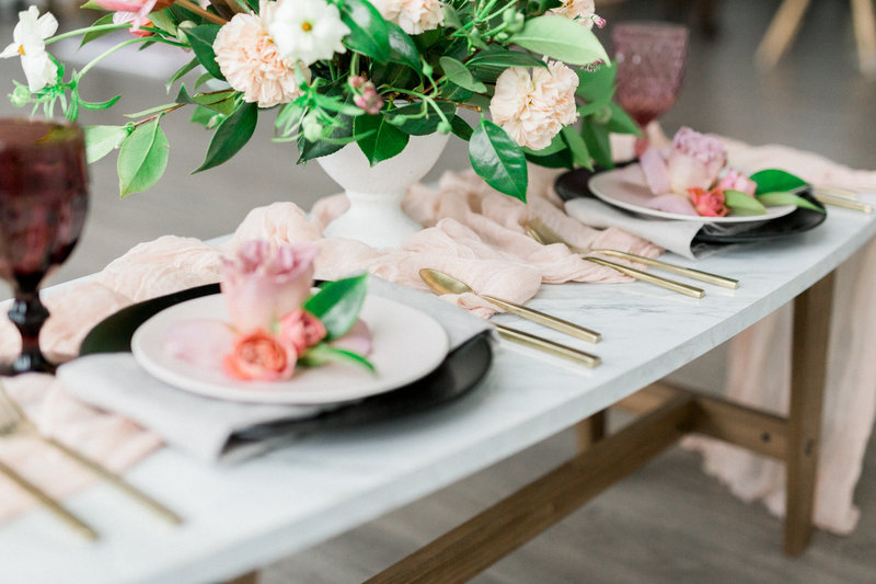 An elegant and simple sweetheart table
