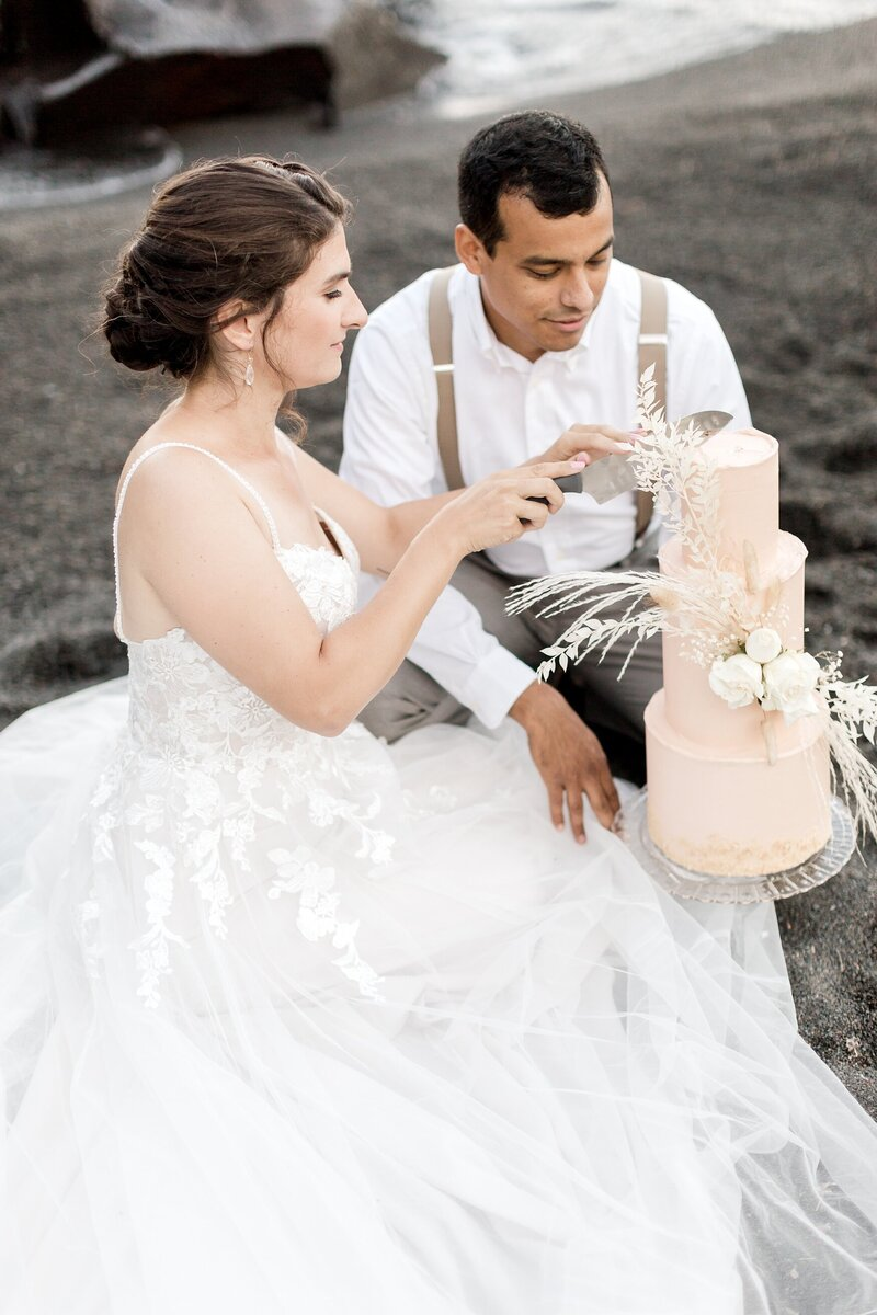 black-sand-beach-hawaii-alexandra-robyn-destination-elegant-elopement-photo-inspiration_0011