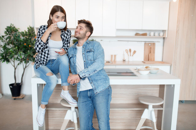 young-happy-man-woman-kitchen-breakfast-couple-together-morning-smiling-having-tea_285396-312