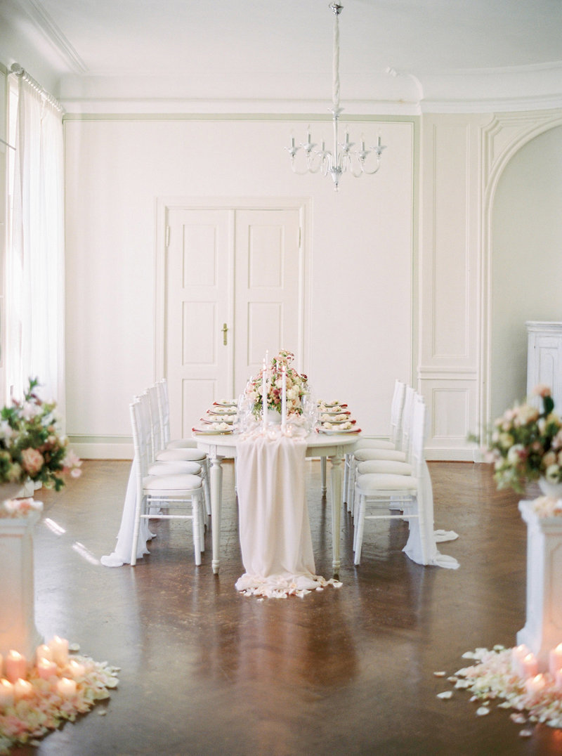 wedding table setting in light pink shades in a castle. Designed by Stockholm wedding planner Linnéa Bergqvist