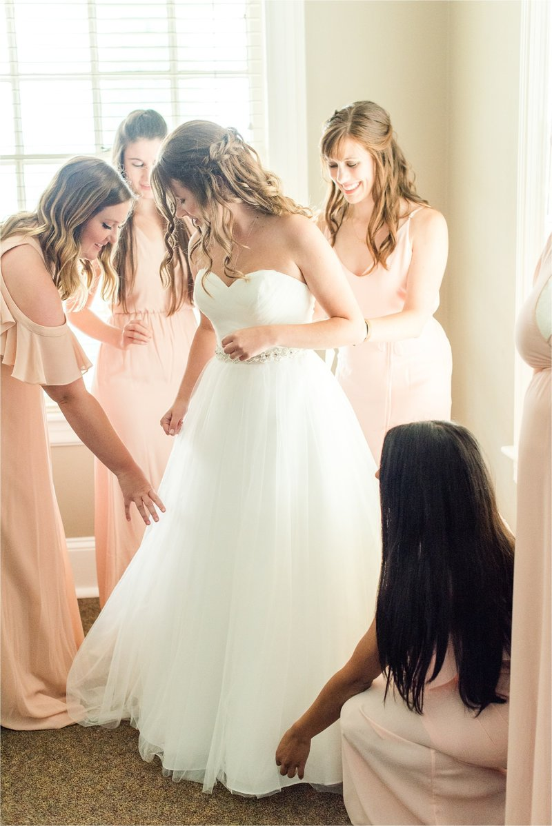 bride getting ready with her bridesmaids in Chattanooga, TN