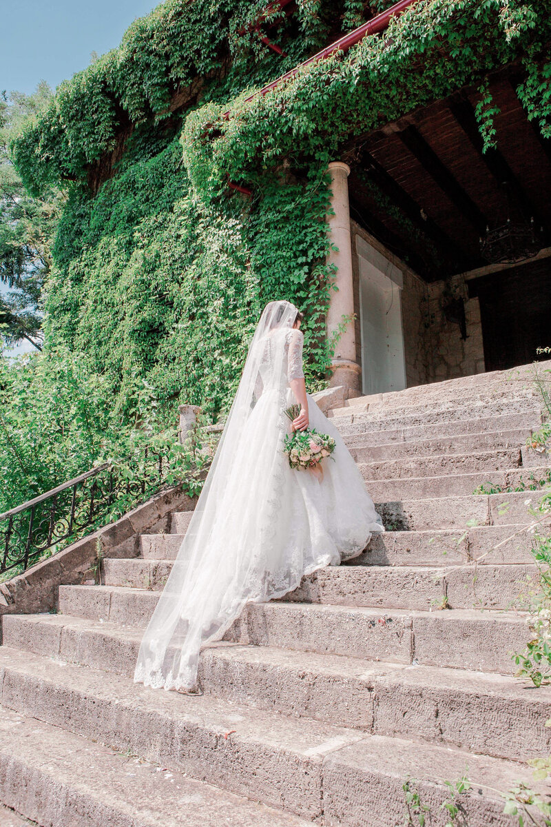 staircase-bride-wedding-abroad