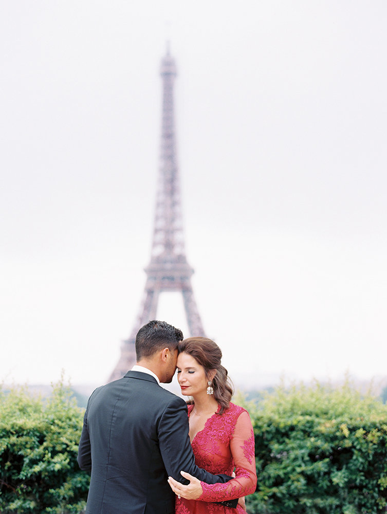 Married couple takes anniversary photos in front of Eiffel Tower